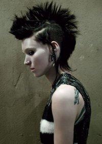 La chica del dragón tatua